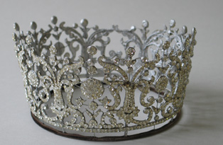 Replica of Poltimore tiara, commissioned by Carl Toms for a display of Princess Margaret's wedding dress in 1975. (Private Collection © Historic Royal Palaces)