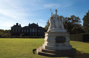 Queen Victoria's statue with Kensington Palace in the background